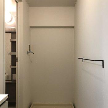 洗濯機置場。壁にはタオルハンガーも付いてます!
