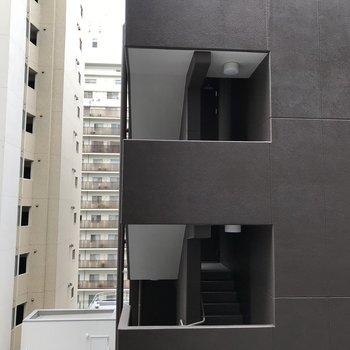 眺望は...隣のマンションたちです。