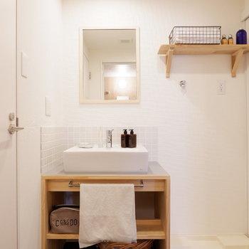 【イメージ】洗面台はタイルと木枠でナチュラルに※写真は反転間取り、別部屋の写真です