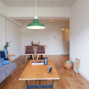 【イメージ】リビングは縦に長いので、家具を使って上手に空間仕切りましょう!※写真は反転間取り、別部屋の写真です
