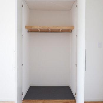 【イメージ】寝室には奥行きのある収納が設置されます※写真は反転間取り、別部屋の写真です