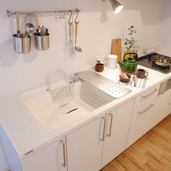 【イメージ】キッチンは機能的な3口ガス!※写真は反転間取り、別部屋の写真です