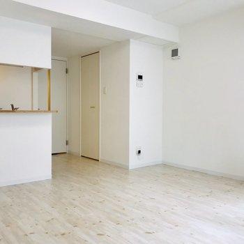 このお部屋にあったシンプルな家具を。無印系がいいかな?