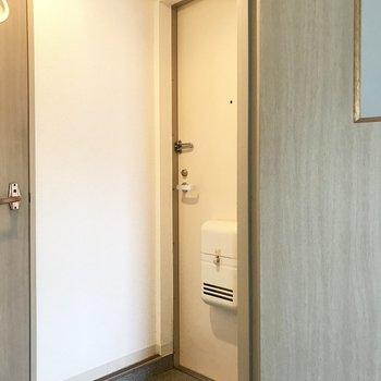 玄関、シューズボックスはないので用意してくださーい!