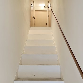 階段上がって2階です。