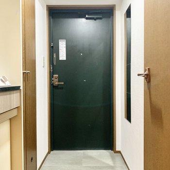 玄関はゆったりです。姿見付き。