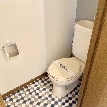 トイレはシンプルタイプ。上部棚付いてます。
