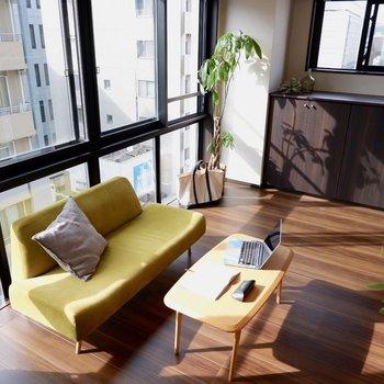一面が窓になった洋室。グリーンなど置くのにぴったりですね。※家具はサンプルです※写真は10階の同間取りのお部屋