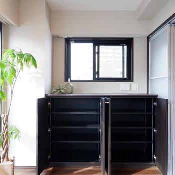 反対側には棚が。書籍やCD、DVDなどを保管しておくのに便利。※家具はサンプルです※写真は10階の同間取りのお部屋