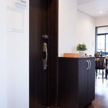 玄関はシンプル。眼前にキッチンがあるので、帰宅してすぐお料理開始です。※家具はサンプルです※写真は10階の同間取りのお部屋