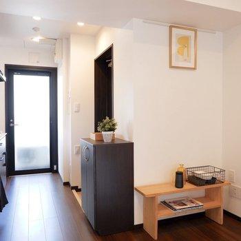 キッチン近くのスペースはテレビを置くのにちょうど良いです。※家具はサンプル※写真は10階の同間取りのお部屋