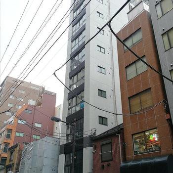 お部屋はこの細長ーい建物にあります。