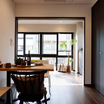 洋室の大きな窓が見えるようにすると、心地良い開放感がありますね。※家具はサンプルです※写真は10階の同間取りのお部屋