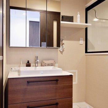 脱衣所は洗面台と洗濯機が並ぶシンプルな造り。※家具はサンプルです※写真は10階の同間取りのお部屋