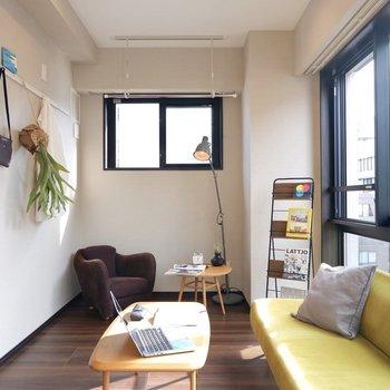 窓はこちら側にも。ベッドをあちらのスペースに入れ込むのが良さそう。※家具はサンプルです※写真は10階の同間取りのお部屋