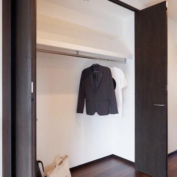 クローゼットも大容量!スーツも普段の洋服も。※家具はサンプルです※写真は10階の同間取りのお部屋