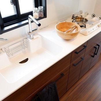 横長でたっぷりスペースがあります。自炊派のあなたもぜひ。※家具はサンプルです※写真は10階の同間取りのお部屋