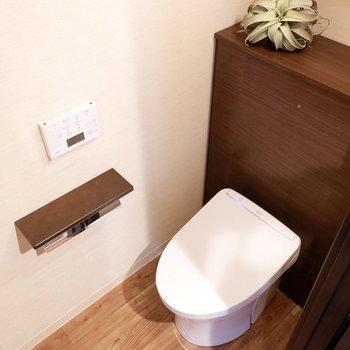 脱衣所の隣に独立トイレがくっついていますよ。※家具はサンプルです※写真は10階の同間取りのお部屋