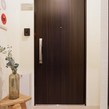1フロアに1部屋なので、玄関前はこれだけ。※家具はサンプルです※写真は10階の同間取りのお部屋