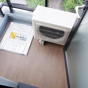 バルコニーはコンパクト。洗濯物は浴室乾燥機などを活用しましょう。※写真は10階の同間取りのお部屋