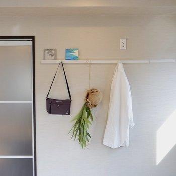 ハンガーフックもあり、ジャケットなどをかけておけます。※家具はサンプルです※写真は10階の同間取りのお部屋
