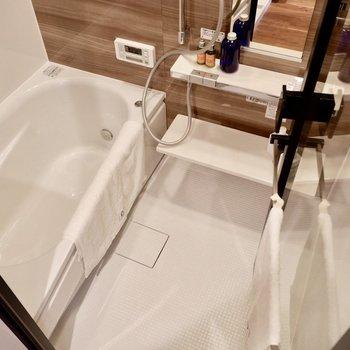 ガラス張りのお風呂は広々と!デザイン性の高いシステムです。※家具はサンプルです※写真は10階の同間取りのお部屋