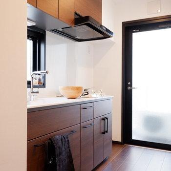 キッチンはバルコニー横にあり、換気などもしやすく。※家具はサンプルです※写真は10階の同間取りのお部屋