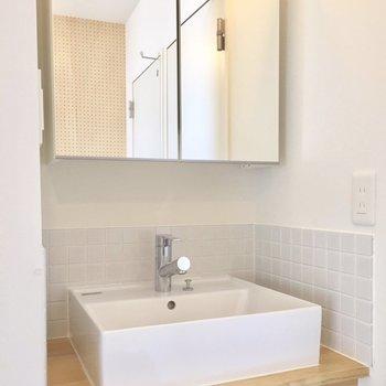 洗面台も木のぬくもりが感じられて良い気分♩鏡の裏には収納もしっかり。