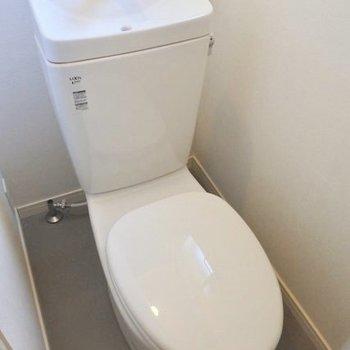 トイレは窓付き!コンセントがあるのでウォシュレット付けれますよ。