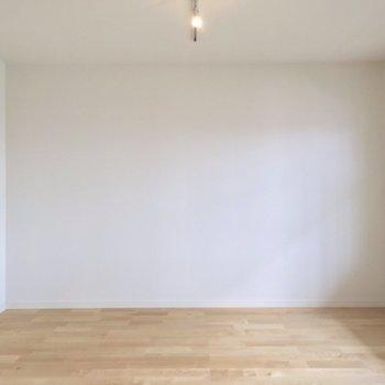 こちら側にソファを置いて、くつろぎスペースに。