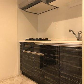 綺麗なシステムキッチン!収納もしっかりとあります!
