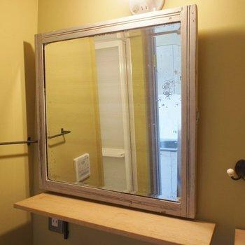 アンティークの鏡でワンランク上の空間に。