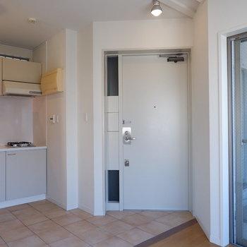 玄関はフラットに。※写真は5階の同間取り別部屋のものです