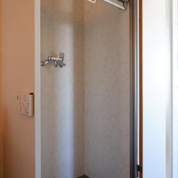 洗濯機置場派ロールスクリーンで隠せます。※写真は5階の同間取り別部屋のものです