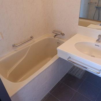 機能面の充実した浴室です。※写真は5階の同間取り別部屋のものです