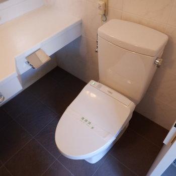 トイレも浴室と同室になります。※写真は5階の同間取り別部屋のものです