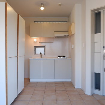 キッチンは土間スペースにあります。※写真は5階の同間取り別部屋のものです