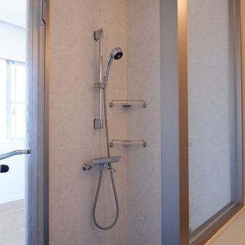 シャワーブースは扉で仕切られています。※写真は5階の同間取り別部屋のものです