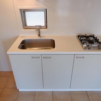 キッチンにも小窓が。※写真は5階の同間取り別部屋のものです