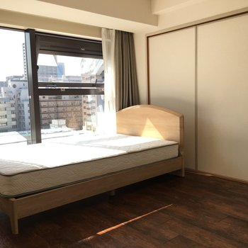 ベッドは二人でも寝れるほどの大きさでした