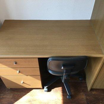 そんなクローゼットの横にはデスクワークができるような机がありました