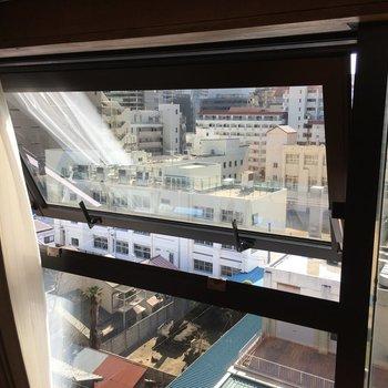 窓は小さめでした。換気には使えそうです。