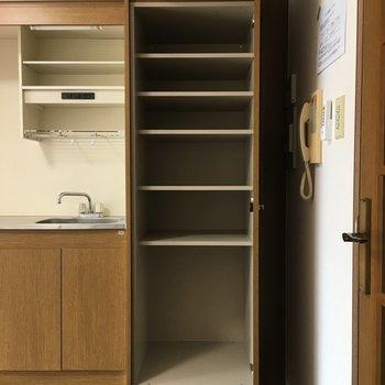 キッチンのすぐ隣にお皿などを入れられる棚がありました