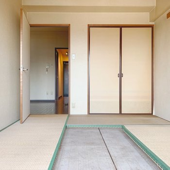 【工事前】畳は無垢床になり、右の収納はWICに生まれ変わります!