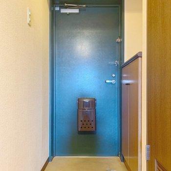 【工事前】玄関はタイル仕上げに変わっていきます