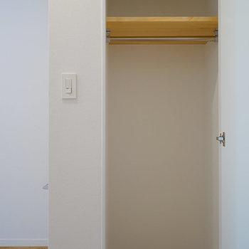 【イメージ】もう1つの洋室にも小さめですが収納付きます。
