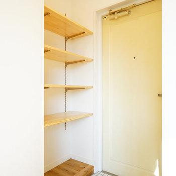 【イメージ】玄関は白タイル、靴は可動棚にディスプレイできちゃいます◎