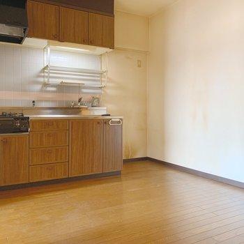 【工事前】キッチンも解体し、広々しますよ!