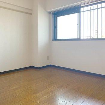 【工事前】玄関脇の洋室。結構広め