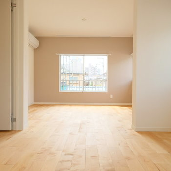 2階、右手のお部屋は広々。